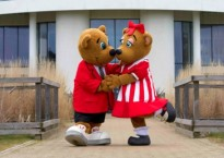 Billy and Bonnie recreating the #ButlinsKiss picture