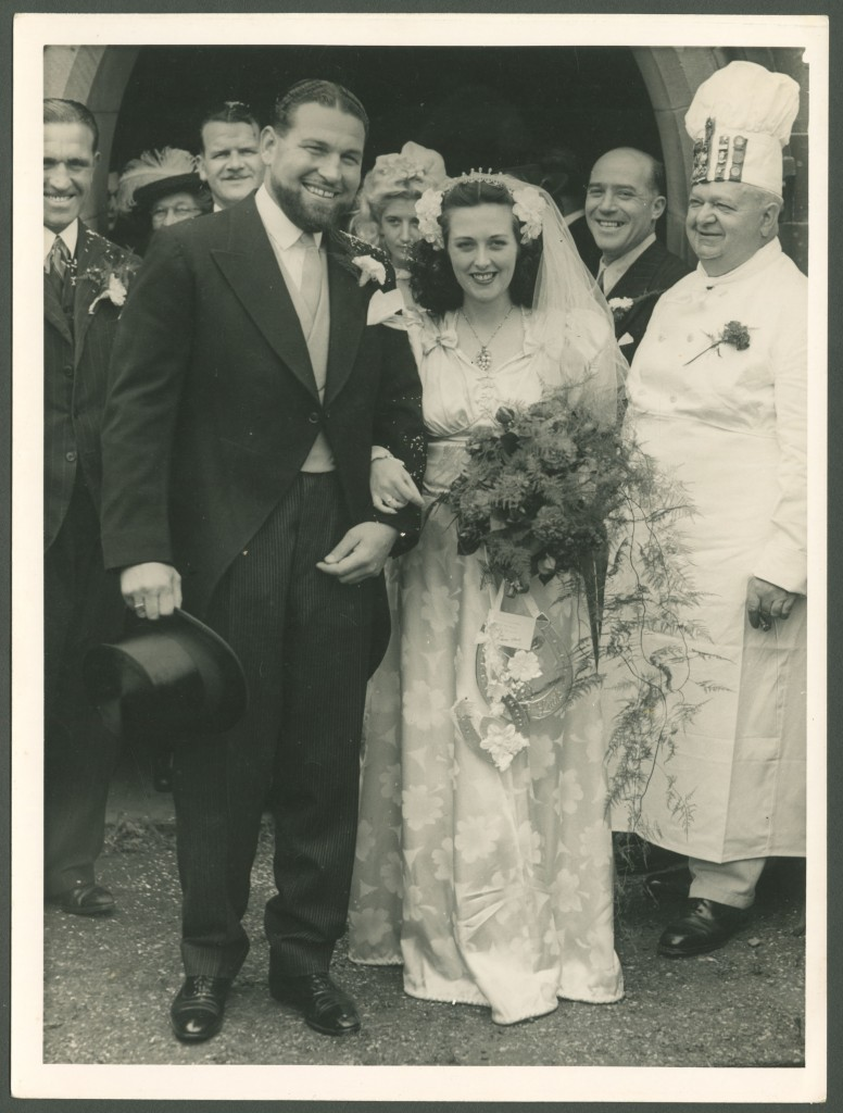 Cyril and Joan Reeves leaving the church, 1946