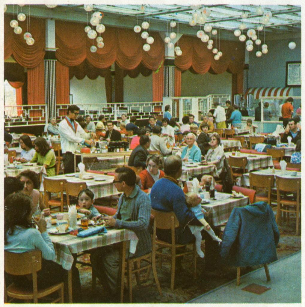 1971 Butlin's dining image 3 (B_3_5_2)